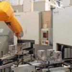 Die_Versuchsanlage_bei_SEW_Eurodrive_umfasst_zwei_Spritzreinigungsmaschinen_des_Typs_MAFAC_KEA_mit_Einbad-Technik,_die_an_einen_Roboter_und_eine_Produktionsanlage_für_Getriebegehäuse_gekoppelt_sind.