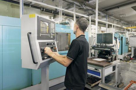 """Mit_dem_Service-Angebot_""""PCU_Retrofit_for_Sinumerik_840D""""_modernisiert_Siemens_Werkzeugmaschinen_mit_Sinumerik_840D_pl-Steuerung_als_eine_Alternative_zu_einem_Neukauf._Dies_ist_zuweilen_wesentlich_kostengünstiger_als_die_Investition_in_eine_neue_Maschine."""