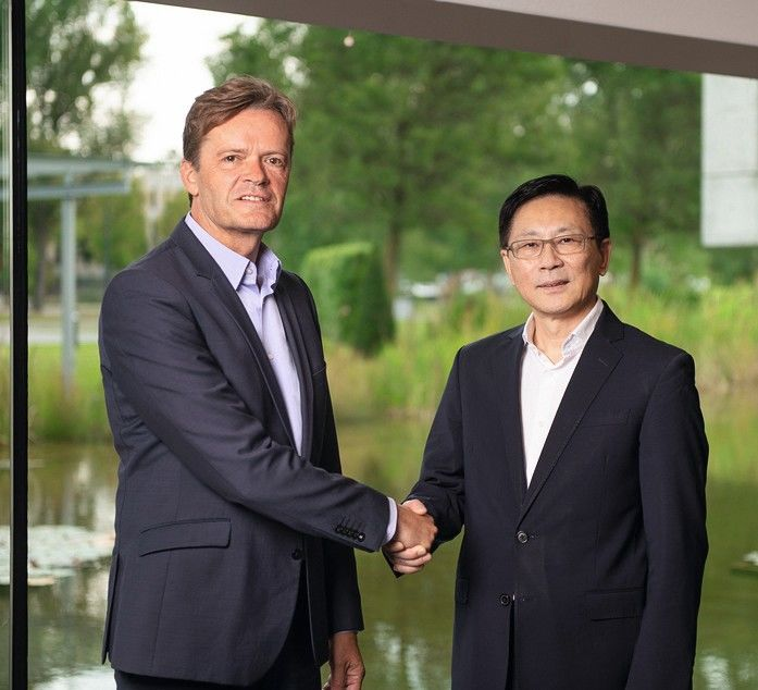 Mercedes-Benz_Cars_schließt_Nachhaltigkeitspartnerschaft_mit_Farasis_Energy_(Ganzhou)_Co.,_Ltd.:_Markus_Schäfer,_Mitglied_des_Vorstandes_der_Daimler_AG_verantwortlich_für_Konzernforschung__&__Mercedes-Benz_Cars_Entwicklung_(l.),_Dr._Yu_Wang,_Gründer_und_C