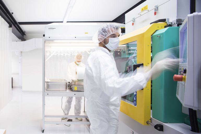 1zu1_Prototypen_produziert_Spritzgussteile_auch_im_Reinraum._Sie_werden_unter_anderem_in_der_Medizintechnik_und_in_der_Biotechnologie_benötigt.