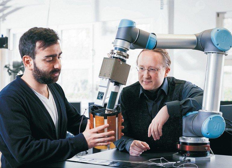 Multimodale_Sensoren_Interview_mit_Björn_Hein__Professor_Björn_Hein_arbeitet_am_Institut_für_Anthropomatik_und_Robotik_(IAR)_-_Intelligente_Prozessautomation_und_Robotik_(IPR)_und_forscht_gemeinsam_mit_seinem_Team_an_einer_Neujustierung_der_Interaktion_zw