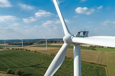 Close-up_of_Wind_Turbine_-_Windfarm_in_Horizon
