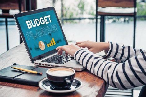 Close_up_hand_of_influencer_budget_planning_for_online_media_advertising_at_cafe_restaurant.online_marketing_concept