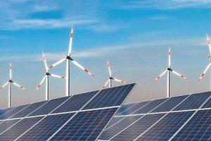 Photovoltaikanlage_und_Windkraftanlage_vor_blauem_Himmel