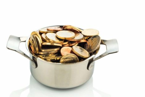 Ein_Kochtopf_ist_mit_Euromünzen_gefüllt,_Symbolfoto_für_Fördergelder_und_Subventionen