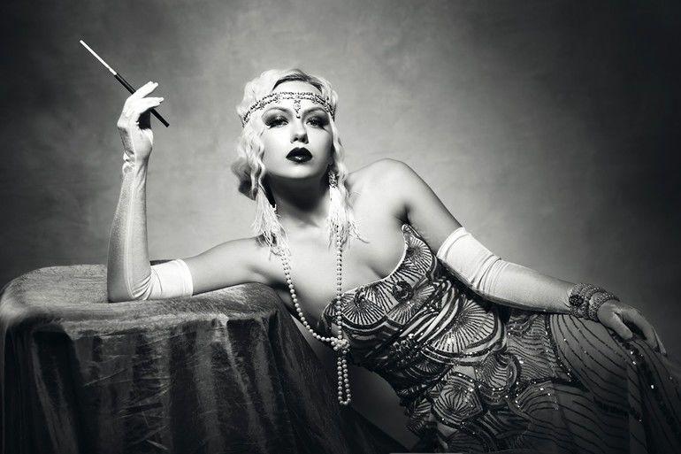 beautiful_woman_retro_flapper_style_woman_black_and_white_foto,_roaring_20s