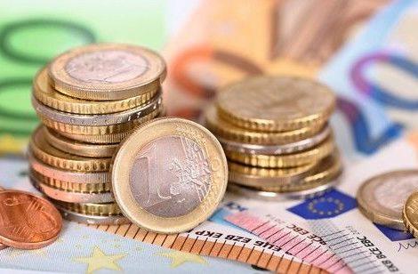 Panorama_von_Euro_Banknoten_und_Münzen