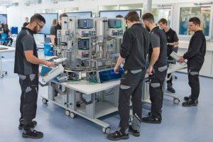 Daimler_macht_Auszubildende_fit_für_Digitalisierung._Im_neuen_Industrie_4.0-Labor_lernen_Auszubildende_mit_Robotern_zu_arbeiten,_Anlagen_per_Tablet-PC_zu_steuern_oder_eine_vernetzte_Produktionslinie_zu_programmieren.____