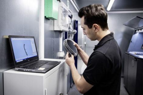 Der_3D-Druck_wird_heute_bei_Daimler_Buses_vor_allem_im_After_Sales_Bereich_eingesetzt,_um_schnell_und_flexibel_auf_dringende_Kundenbedarfe_zu_reagieren,_so_beispielsweise_bei_selten_benötigten_Teilen_oder_Kundensonderwünschen.___Today,_3D_printing_is_used