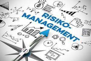 Pfeil_von_einem_Kompass_zeigt_auf_Risikomanagement_Konzept
