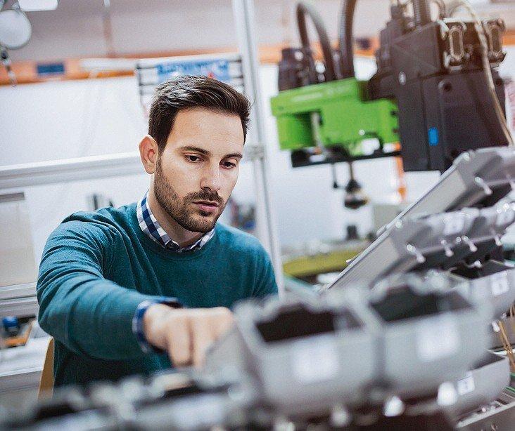 Creative_mechanical_engineer_working_on_machines