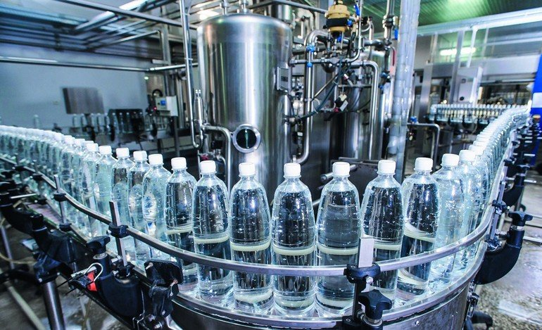 water_bottles_in_production_process_on_conveyor