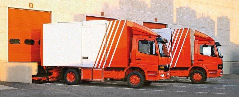 deux_camions_de_livraison_expresse_en_attente_au_quai_de_chargement