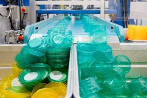 Serienfertigung_von_Kunststoffbehältern_Mass_production_of_plastic_containers_