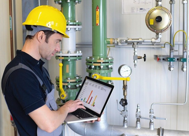 Fotolia_80261441_Energiedienstleistung_industrieblick.jpg