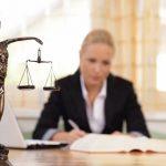 Eine_junge_Rechtsanwältin_sitzt_an_ihrem_Schreibtisch_im_Büro