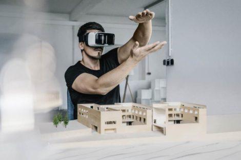 Architekt mit VR-Brille