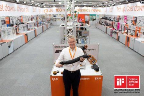 Igus-Geschäftsführer_Frank_Blase_zeigt_die_TRX-Roboter-Energiezuführung