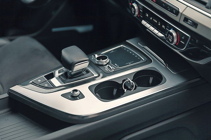 gear_lever_in_the_modern_car,_detail_Interior,_close_up