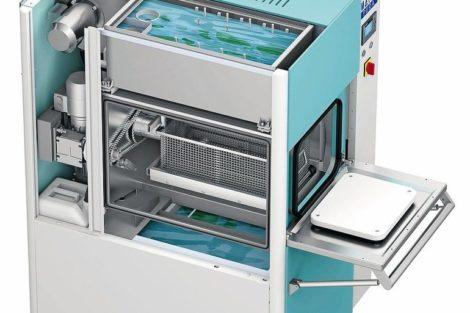 Die_kompakt_ausgeführte_Spritzreinigungsmaschine_MAFAC_PURA_mit_Einbad-Technik_und_Ölabscheider_ist_das_leistungsfähige_Einstiegsmodell_im_MAFAC_Programm.