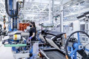 Flexibel,_digital,_effizient_und_nachhaltig:_Die_Factory_56_am_Standort_Sindelfingen_verkörpert_die_Zuku_nft_der_Produktion_bei_Mercedes-Benz_und_setzt_neue_Maßstäbe_für_den_Automobilbau.__Insbesondere_das_Thema_Ergonomie_hat_in_der_Factory_56_einen_beson