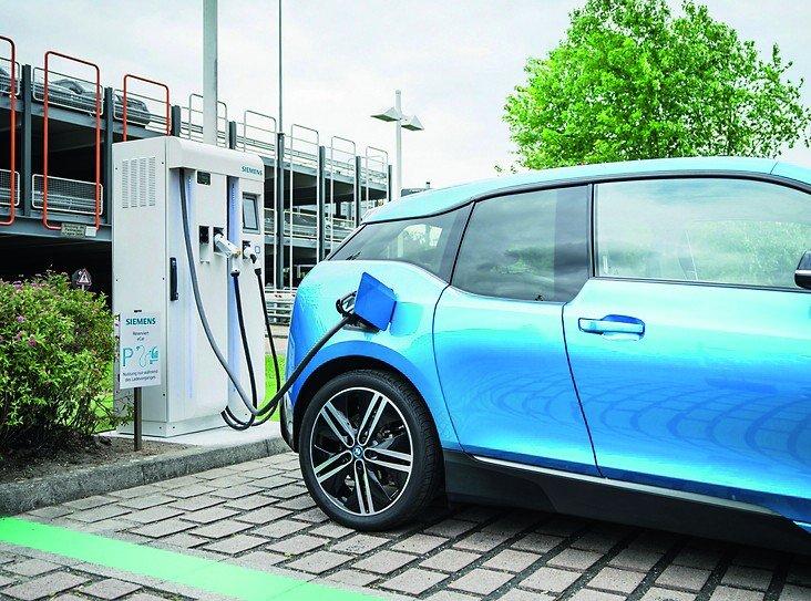 Der_50_Kilowatt_Compact_Power_Charger_an_der_Siemens_Niederlassung_in_Frankfurt_ist_das_erste_Ergebnis_der_Partnerschaft_zwischen_Siemens_und_SPIE._