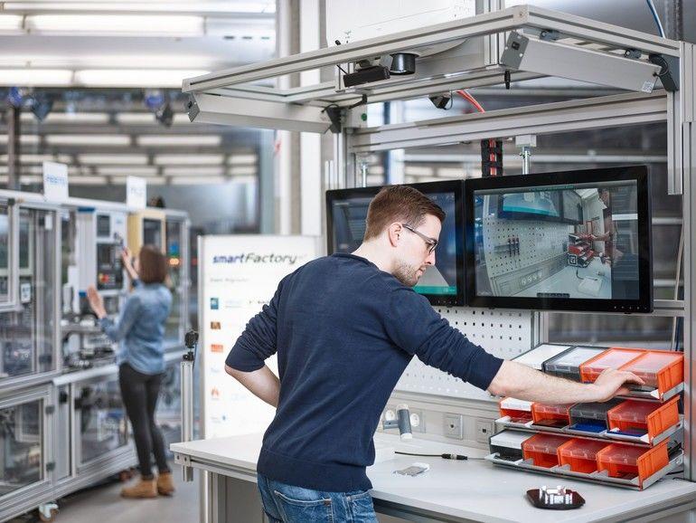 SmartFactory-KL01_Handarbeitsplatz-scaled.jpg