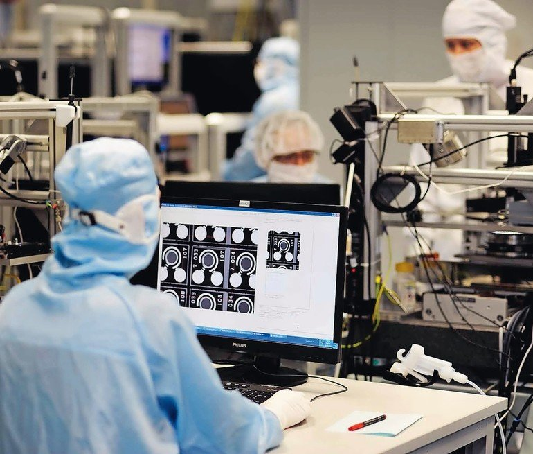 Reinraum_in_der_Produktion_@_Philips_Photonics_-_Global_leader_in_VCSEL_technology._Infrared_laser_solutions_for_datacom,_industrial_heating,_infrared_illumination_and_sensing