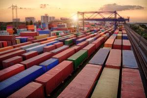 Blick_auf_Containerwagen_für_Export-_und_Importgeschäft_sowie_Logistik
