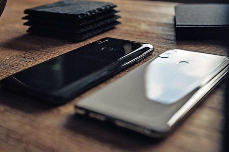 Interessenten_können_das_Volla_Phone_ab_sofort_im_Volla_Online_Shop_wahlweise_mit_Ubuntu_Touch_oder_dem_eigens_entwickelten_Betriebssystem_Volla_OS_in_den_Farben_schiefergrau_oder_weiß_vorbestellen._Das_Volla_OS_basiert_auf_einem_Google-freien_Android-Bet