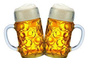 Zwei_Bierkrüge_auf_dem_Oktoberfest_in_München