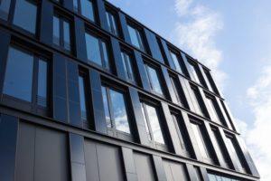 Gebäudeintegrierte_Photovoltaik:_Cigs-Dünnschichtmodule_an_der_Fassade_des_ZSW-Institutsgebäudes