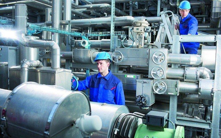 MEWA_TWINSTAR®_PROTECT_COMPLETE:_Komfortable_Multifunktionskleidung_mit_Hitze-,_Flamm-_und_Chemikalienschutz_–_für_Handwerker_und_Monteure.