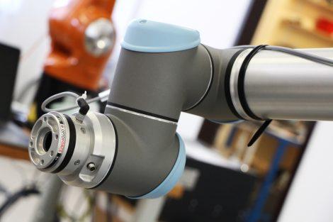 Der_mobil-mark_Quasar_ist_flexibel_einsetzbar:_Ohne_Schutzbrille_und_Umhausung_im_Laserschutzgehäuse_oder_mit_Schutzbrille_im_Laserschutzraum.