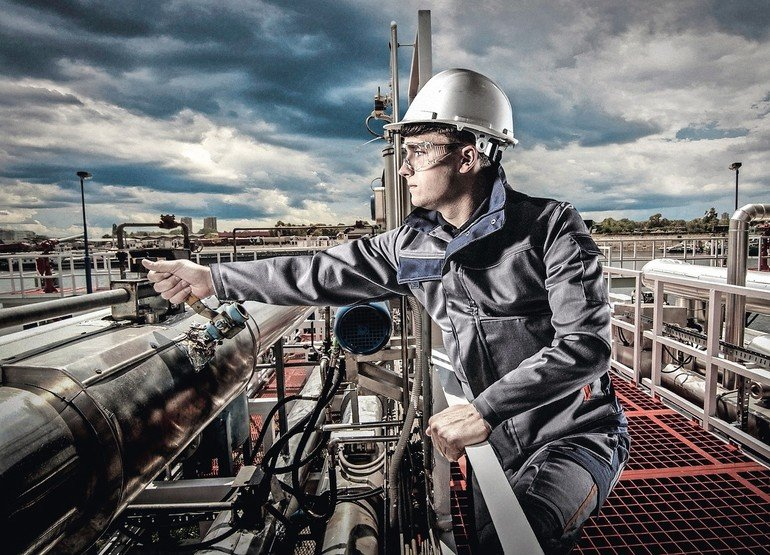 Engineer_maintaining_oil_pipeline_with_all_protective_gear